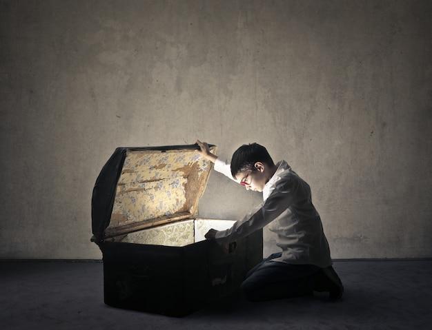 Petit garçon à la recherche dans une grosse valise