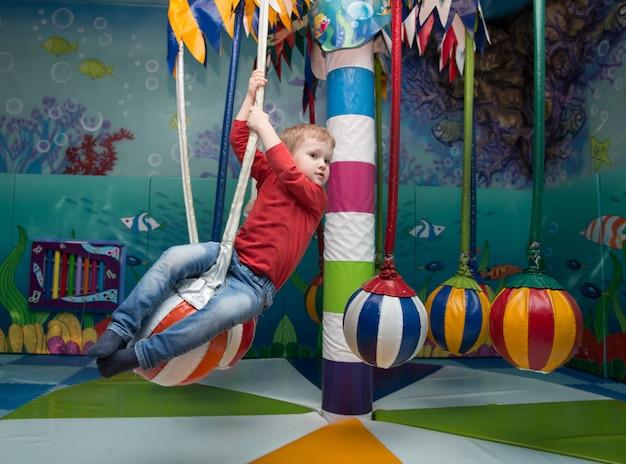 Petit garçon s'amuse dans le centre de divertissement