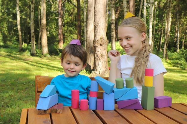 Un petit garçon s'amuse à jouer des cubes colorés avec une fille.