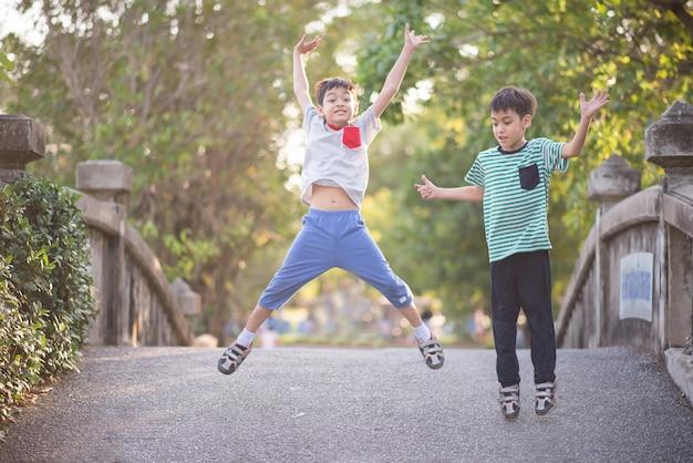 Petit garçon sautant dans le parc