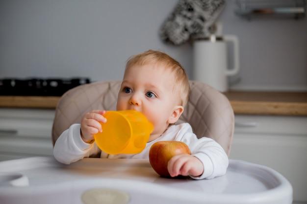 Petit garçon, séance, dans, a, chaise enfant, dans cuisine
