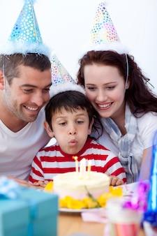 Petit garçon soufflant des bougies le jour de son anniversaire