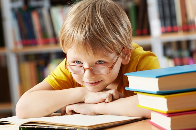 Petit garçon souriant de la bibliothèque