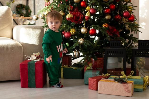 Petit garçon souriant avec boîte-cadeau de noël. joyeux noël et bonnes fêtes