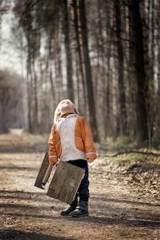 Petit garçon, stands, dans, les, forêt, tenue, mangeoire oiseau, et, recherche
