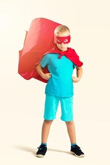 Petit garçon de super-héros debout