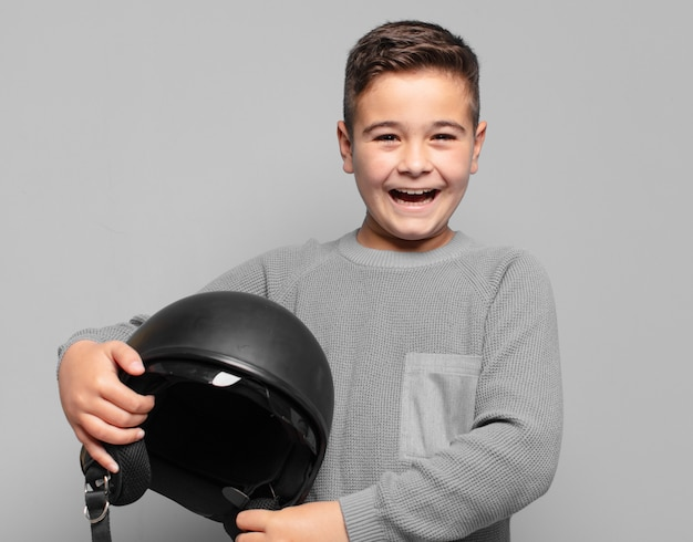 Petit garçon surpris expression. concept de casque de moto