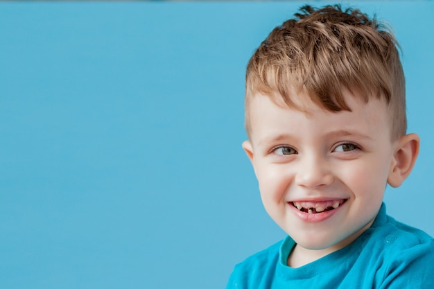 Petit garçon de taux de mélange faisant le visage amusant dans de nombreuses émotions.
