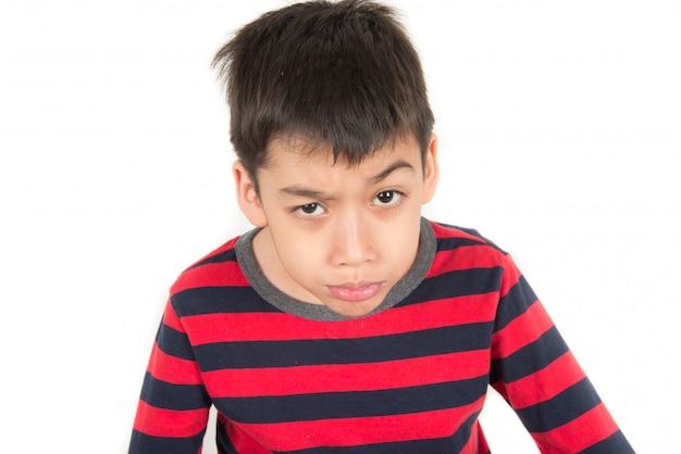 Petit garçon à taux variable se moquant de nombreuses émotions
