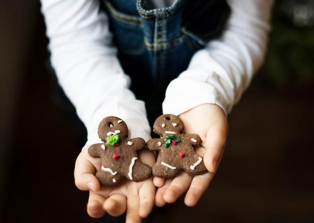 Petit garçon tenant des biscuits de noël
