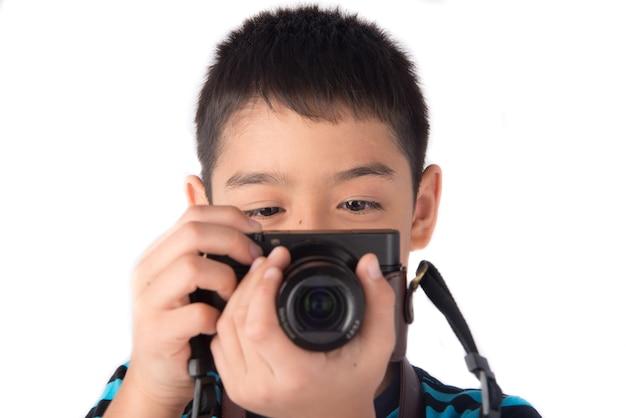 Petit garçon tenant la caméra