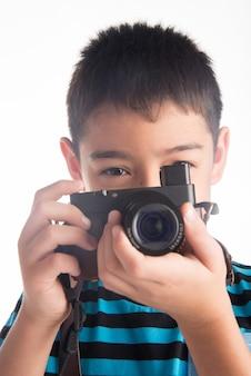 Petit Garçon Tenant La Caméra Photo Premium