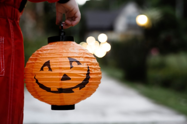 Petit garçon tenant une lanterne d'halloween