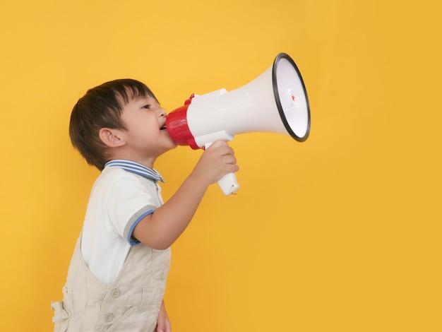 Petit garçon tenant un mégaphone