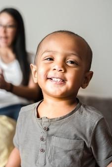 Petit garçon à tête chauve souriant portrait