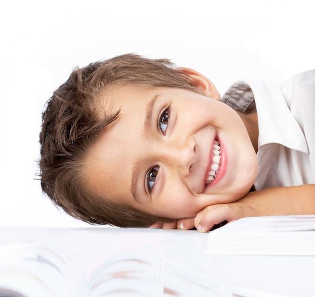 Petit garçon timide avec un livre ouvert