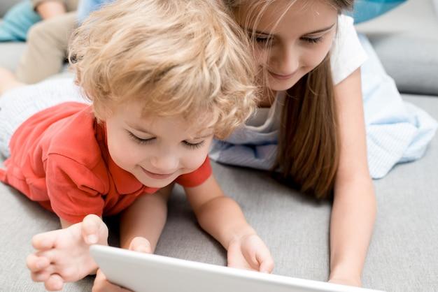 Petit garçon, utilisation, tablette