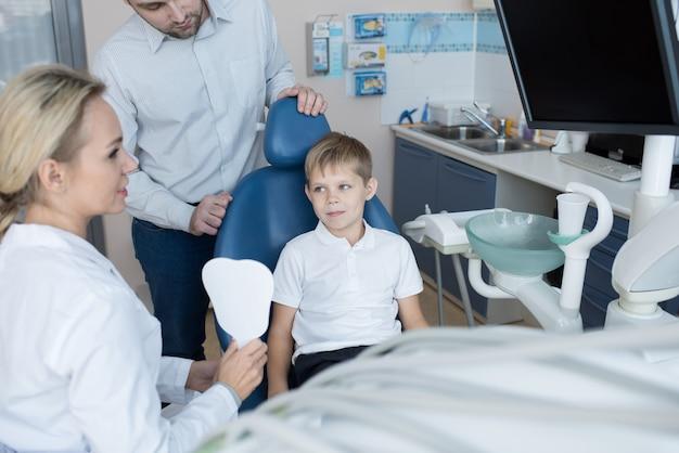 Petit garçon visitant une clinique dentaire moderne