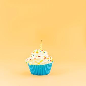 Petit gâteau d'anniversaire avec une bougie