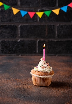 Petit gâteau d'anniversaire à la crème et bougie