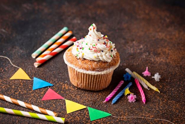 Petit gâteau d'anniversaire à la crème et décorations