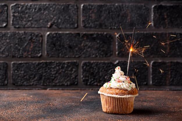 Petit gâteau d'anniversaire à la crème et sparkler