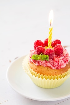 Petit gâteau d'anniversaire avec framboise et bonbons