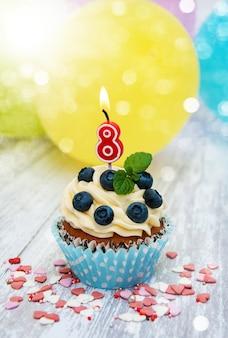 Petit gâteau avec un numéro huit bougie