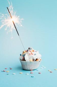 Petit gâteau avec petit feu d'artifice