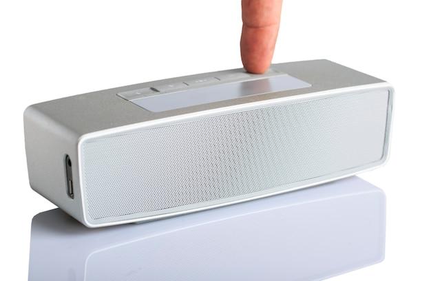 Petit haut-parleur gris portable isolé