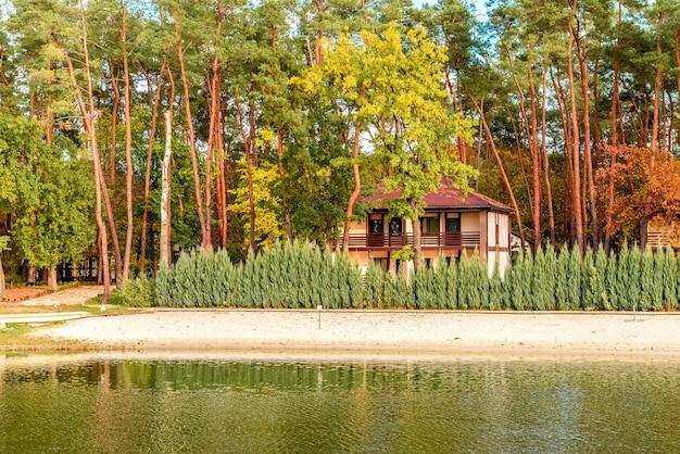 Un petit hôtel complexe dans la forêt composé de plusieurs maisons dans les pins au bord de la rivière. vacances touristiques