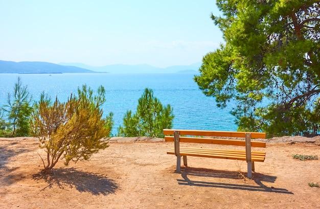 Petit jardin avec banc sur la côte dans la ville d'égine aux beaux jours de l'été, île d'égine, grèce - paysage