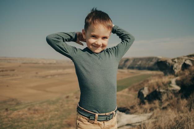 Petit jeune garçon caucasien dans la nature, l'enfance