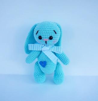 Petit jouet lapin au crochet isolé sur blanc