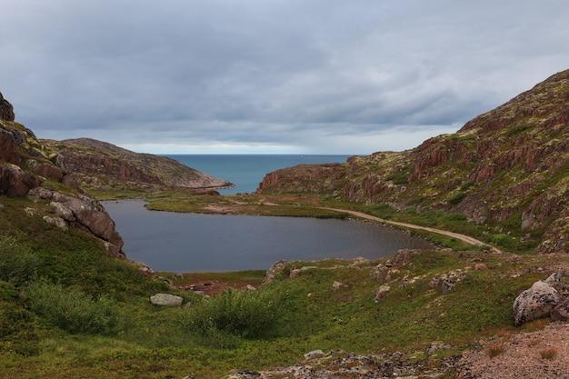 Petit lac batareyskoe avant la mer de barents près du village de teriberka
