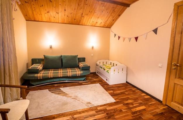 Petit lit confortable dans une chambre d'enfant confortable