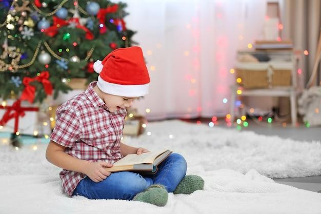 Petit livre de lecture mignon d'enfant sur l'arbre de noël