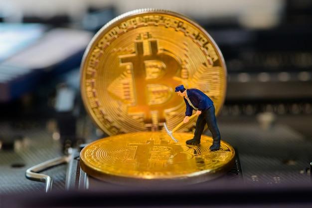 Petit mineur sur bitcoin doré sur carte électronique