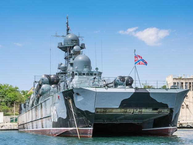 Petit navire lance-missiles sur le coussin d'air samum ancré dans la baie de sébastopol