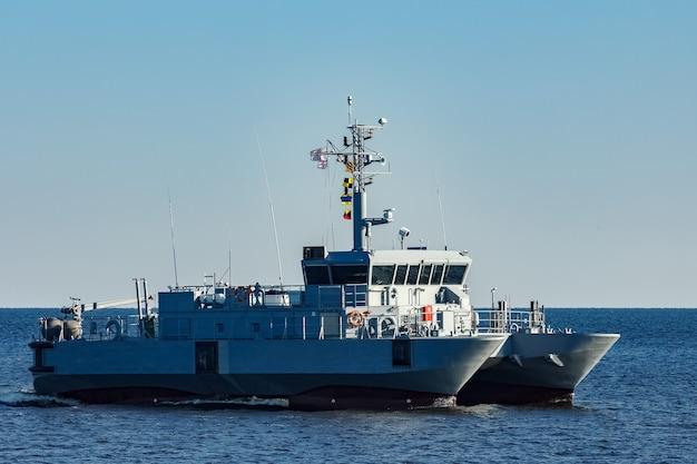 Petit navire militaire gris se déplaçant de la mer baltique