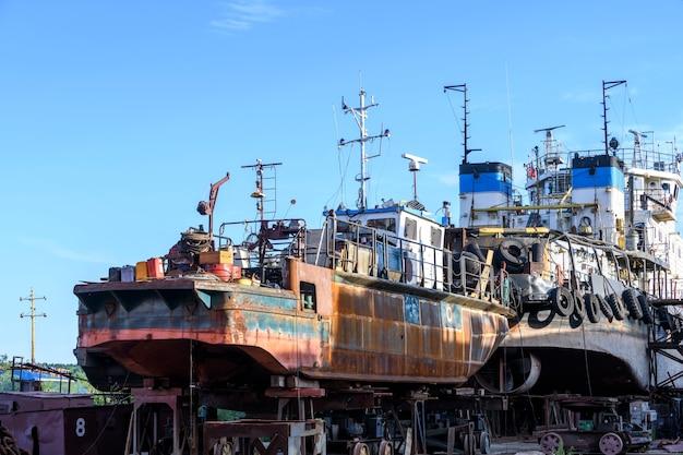 Petit navire à terre sur chantier de réparation navale