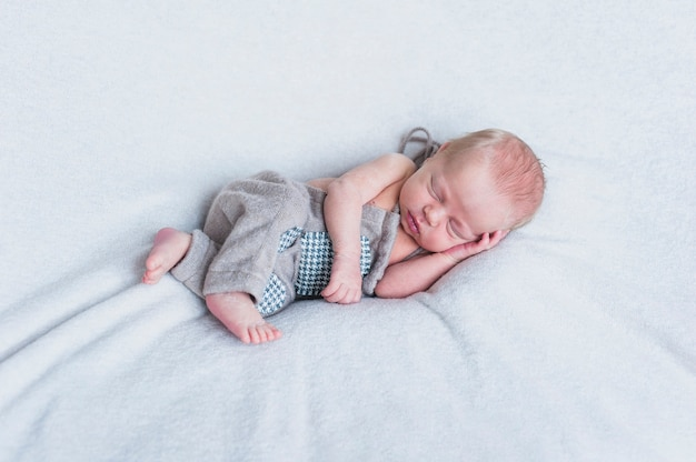 Petit nouveau-né sur couverture