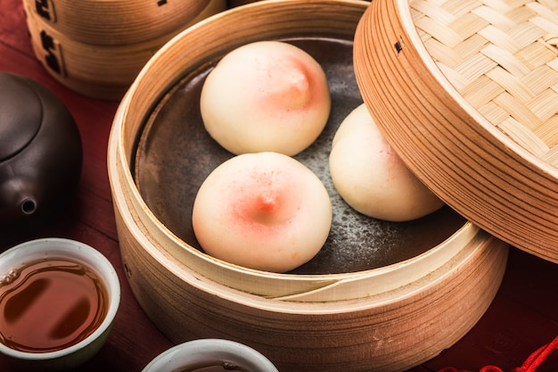 Un petit pain d'anniversaire en forme de pêche connu sous le nom de pêche de longévité. pâtisserie de spécialité chinoise.
