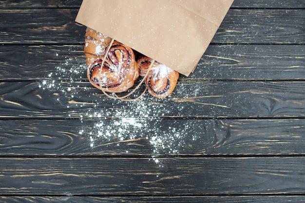 Petit pain aux fruits rouges sur fond de bois