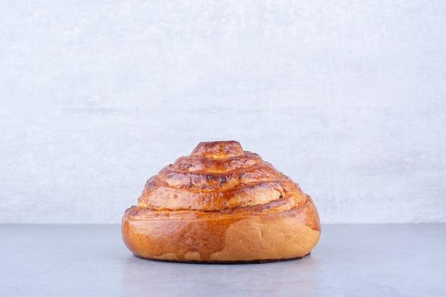 Petit pain croustillant affiché sur une surface en marbre