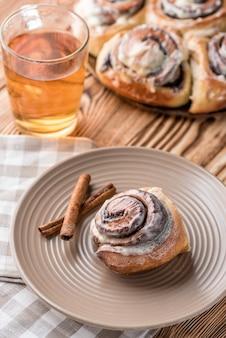 Petit pain avec du thé sur une table en bois