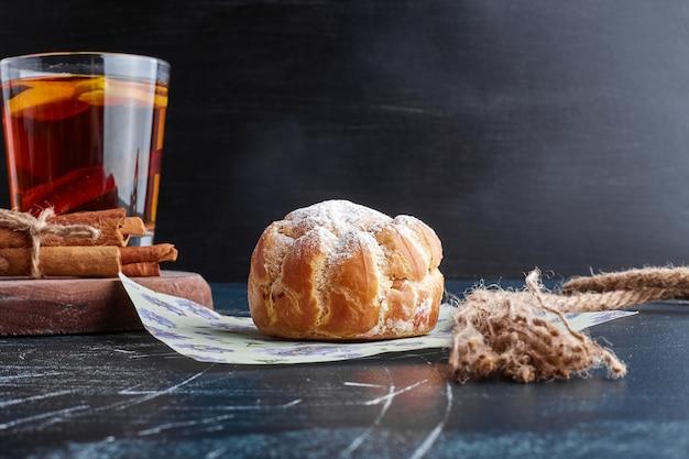 Petit pain feuilleté avec un verre de vin brillant.