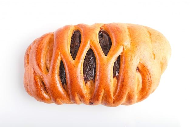 Un petit pain fourré au chocolat isolé sur fond blanc