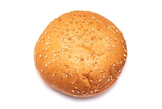 Petit pain frais au sésame sur le dessus isolé sur fond blanc