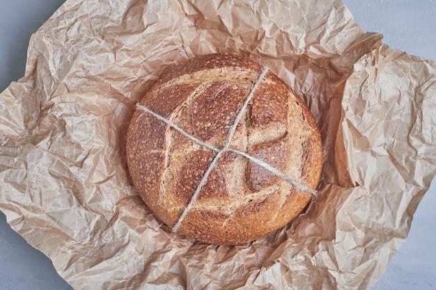 Petit pain rond fait à la main sur le papier.